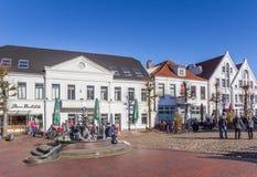 Les gens appréciant le soleil à la place du marché dans Jever photographie stock