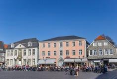 Les gens appréciant le soleil à la place du marché dans Lippstadt photo libre de droits