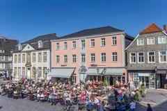 Les gens appréciant le soleil à la place du marché dans Lippstadt photo stock