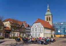 Les gens appréciant le soleil à la place du marché de Wiedenbruck image libre de droits