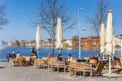 Les gens appréciant le soleil à un restaurant à Schwerin photo libre de droits
