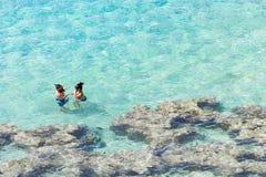 Les gens appréciant les eaux clair comme de l'eau de roche chez Hanauma aboient image libre de droits
