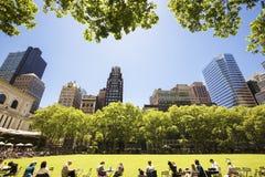 Les gens appréciant un beau jour en Bryant Park Image libre de droits
