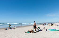 Les gens appréciant un jour d'été à la plage Images libres de droits