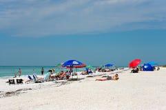 Les gens appréciant un jour de plage images libres de droits