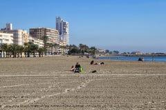 Les gens appréciant un jour ensoleillé de l'hiver en Espagne images libres de droits