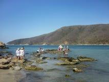 Les gens appréciant un jour sunnny chez Bahia Concha échouent Photos stock
