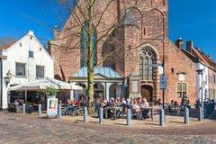 Les gens appréciant une journée de printemps ensoleillée sur une terrasse néerlandaise Photos libres de droits