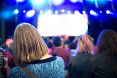 Les gens appréciant une musique d'extérieur, culture, événement de la communauté Images libres de droits