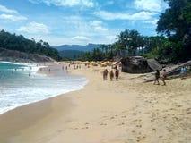 Les gens appréciant une plage sur la côte d'Ubatuba photographie stock libre de droits