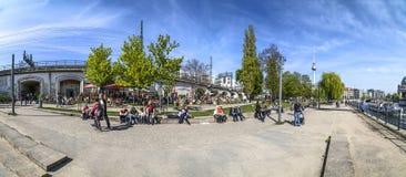 Les gens apprécient l'été à la promenade de fête Photographie stock libre de droits