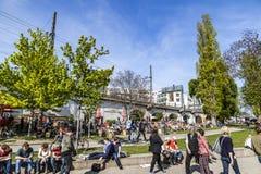 Les gens apprécient l'été à la promenade de fête Photos libres de droits