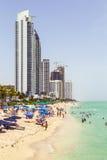Les gens apprécient la plage à ensoleillé Photo libre de droits