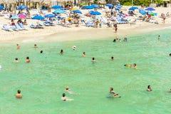 Les gens apprécient la plage de jade en Sunny Isles Beach Photo libre de droits