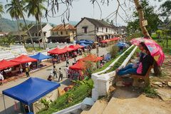 Les gens apprécient la vue au marché en plein air central pendant la célébration de Lao New Year dans Luang Prabang, Laos Image stock