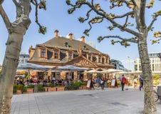 les gens apprécient le jour ensoleillé à Francfort au café Hauptwache Photo stock
