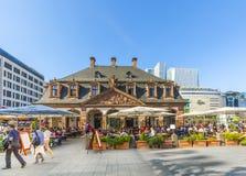 les gens apprécient le jour ensoleillé à Francfort au café Hauptwache Images stock