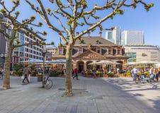 les gens apprécient le jour ensoleillé à Francfort au café Hauptwache Image libre de droits