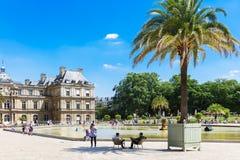 Les gens apprécient le jour ensoleillé dans les jardins du luxembourgeois à Paris, franc Image stock