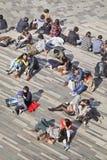 Les gens apprécient le soleil de ressort dans une zone d'atelier, Pékin, Chine Images stock