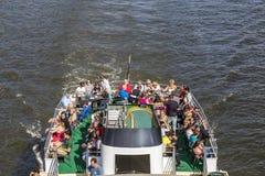 Les gens apprécient le voyage sur la canalisation de rivière un jour ensoleillé Image stock