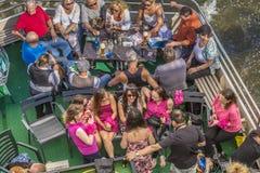 Les gens apprécient le voyage sur la canalisation de rivière un jour ensoleillé Photos libres de droits