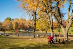 Les gens apprécient un jour chaud d'automne à Montréal photo libre de droits
