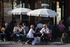 Les gens apprécient un jour chaud d'automne dans un café extérieur à Nice Photographie stock