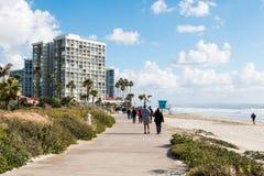 Les gens apprécient une promenade le long de plage de central de Coronado Photos libres de droits