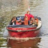 Les gens apprécient une visite de bateau dans le canal, Amsterdam, Pays-Bas Photo stock