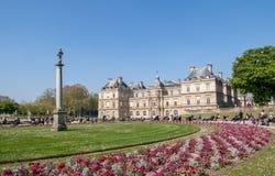 Les gens appr?ciant le soleil dans le jardin du luxembourgeois - Paris photos stock