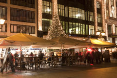 Les gens apprécient le chrismasfair à Budapest Photo stock