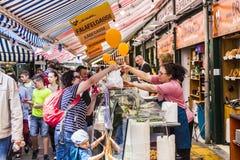 Les gens apprécient le Naschmarket à Vienne Photo stock