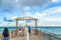 Les gens apprécient le pilier de pêche en Sunny Isles Beach Photographie stock