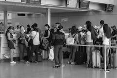 Les gens arrivent à l'aéroport de Tan Son Nhat dans Saigon, Vietnam Image stock