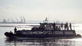 Les gens arrivent de retour à la terre en bateau de l'île de SI Chang Images libres de droits