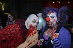 Les gens assistant à la promenade annuelle de zombi Photographie stock libre de droits