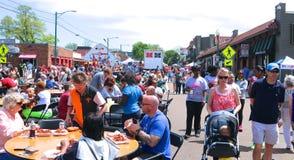 Les gens assistent au festival annuel carré d'écrevisses d'Overton photos stock