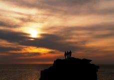 les gens atteignant le dessus de coucher du soleil Photo libre de droits