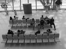 Les gens attendant à l'aéroport de Bangkok à Bangkok, Thaïlande Photos libres de droits