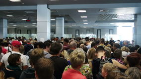 Les gens attendant au contrôle de passeport à l'aéroport de Hurghada banque de vidéos