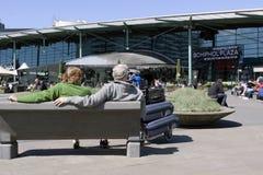 Les gens attendant au soleil sur l'aéroport de Schiphol Photos libres de droits