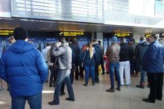 Les gens attendant aux arrivées d'aéroport terminales Photographie stock