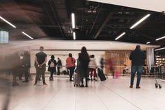 Les gens attendant aux arrivées du terminal 1 dans l'aéroport de Dublin Photos stock