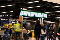 Les gens attendant aux arrivées du terminal 1 dans l'aéroport de Dublin Photo stock