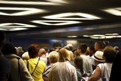 Les gens attendant aux bandes de conveyeur de bagage d'aéroport, Russie, Moscou, aéroport Vnukovo, juin 2017 Photo stock