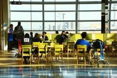 Les gens attendant dans l'aéroport de Haneda, Tokyo Photos stock