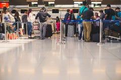 Les gens attendant dans la ligne pour signer à l'aéroport de Suvarnabhumi Images libres de droits