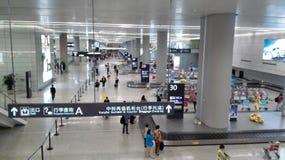 Les gens attendant dans la région de retrait des bagages de l'aéroport de Changhaï Hongqiao Photo stock