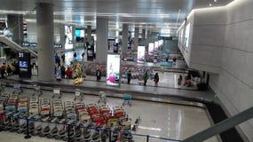 Les gens attendant dans la région de retrait des bagages de l'aéroport de Changhaï Hongqiao Photos stock